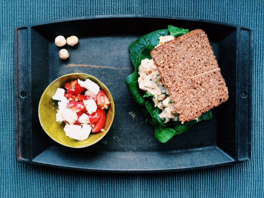 5 Ingredient Low-FODMAP Challenge: Mackerel - Hazelnut - Spread with Feta - Tomato - Thyme - Salad